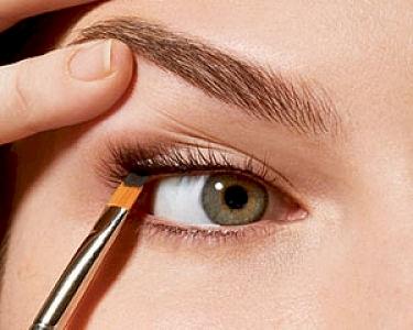 13 13 Greseli frecvente atunci cand aplici un eyeliner