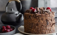 Tort de ciocolata cu caise si ganas