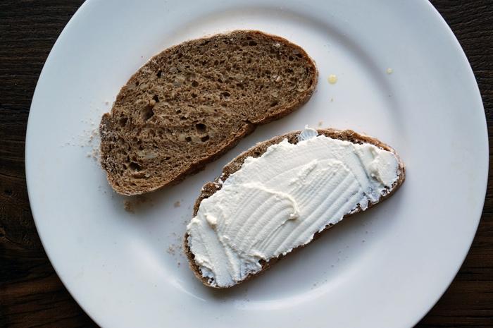 2 Sandwich cu piersici si ricotta