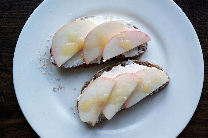 4 Sandwich cu piersici si ricotta