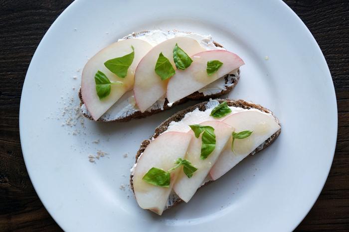 5 Sandwich cu piersici si ricotta