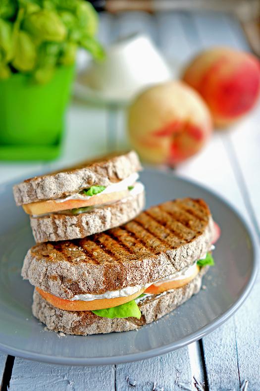 7 Sandwich cu piersici si ricotta