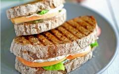 Sandwich cu piersici și ricotta