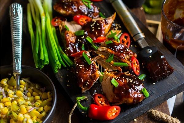 Carne de porc glazurata cu salata de porumb