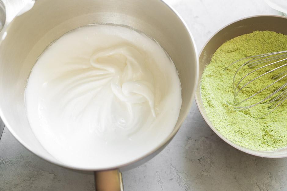 16 Rulada de fistic cu zmeura si ceai Matcha