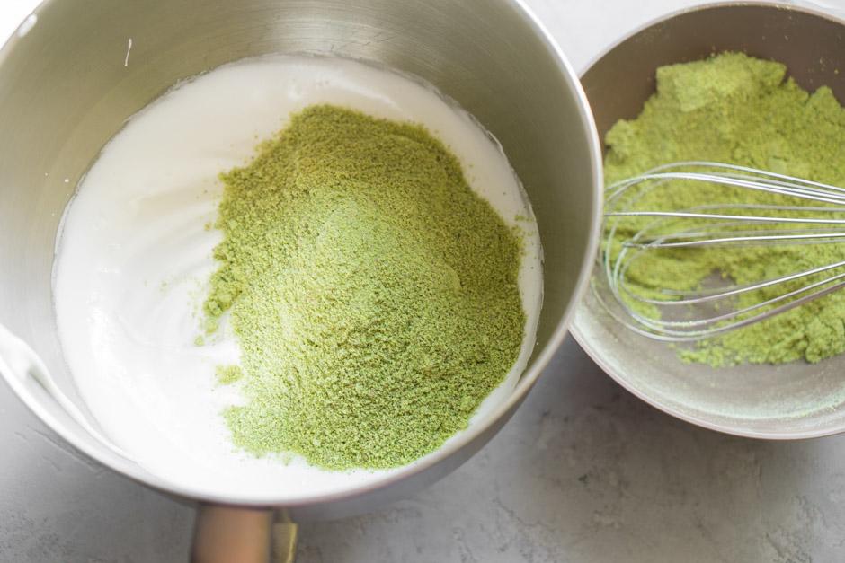 17 Rulada de fistic cu zmeura si ceai Matcha
