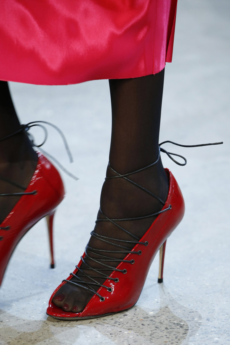 Pantofi rosii cu sireturi