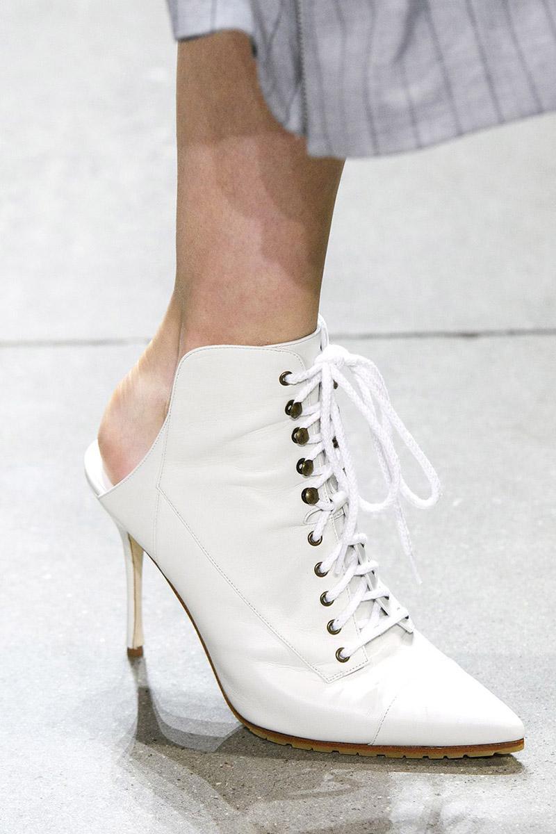 Botine albe cu calcai decupat