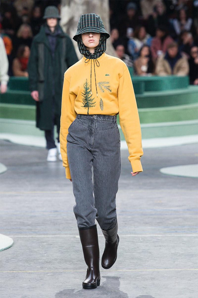 Blugi mom style la moda