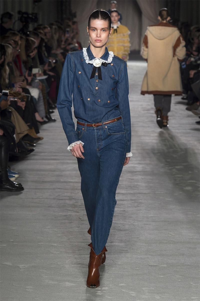 Tinuta eleganta blugi si camasa de jeans