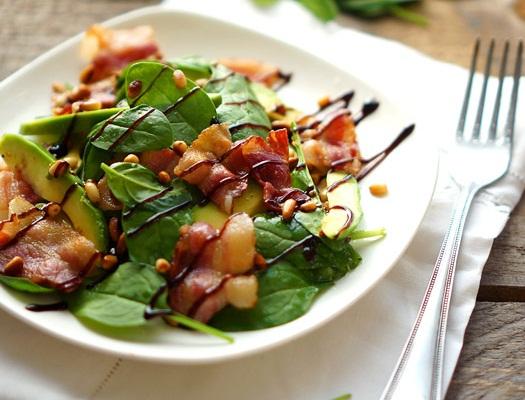 Salata cu avocado si bacon