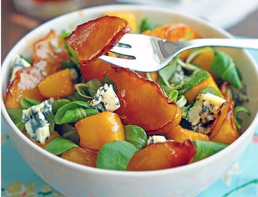 Salată cu piersici și brânză cu mucegai
