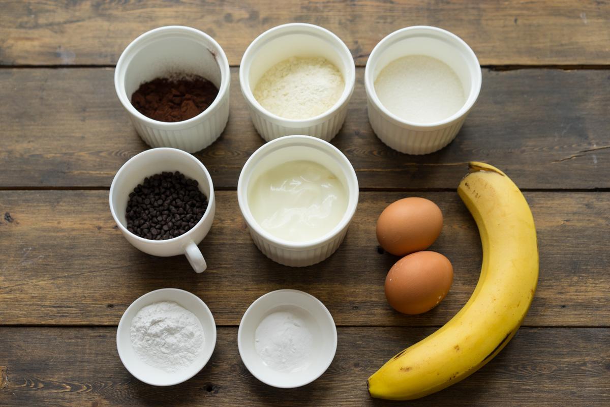 Briose din ciocolata cu surpriza de banane